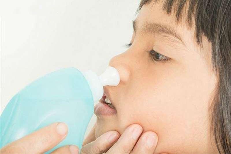 清洗鼻腔需要用對方式,沖洗時使用的液體、溫度、次數等都很重要。(圖/華人健康網)