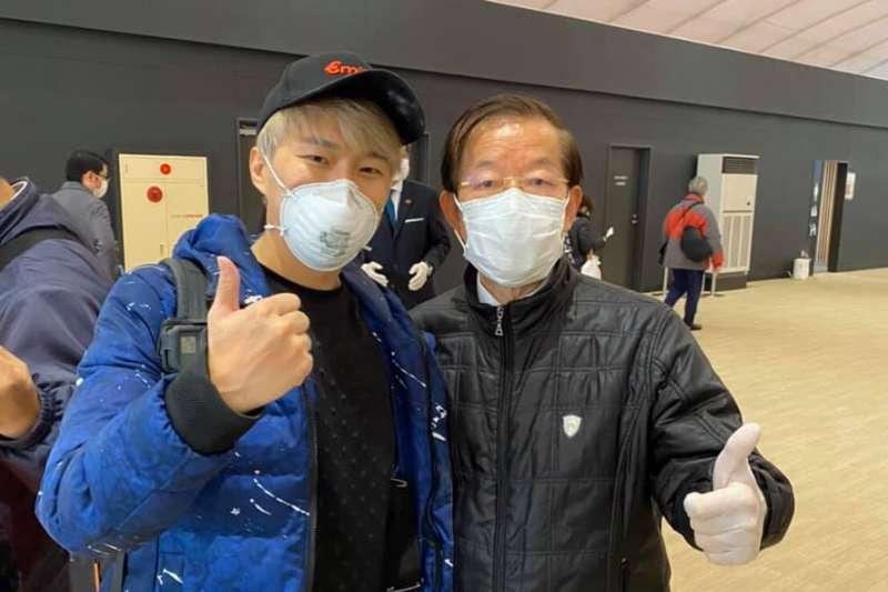 鑽石公主號滯留台籍旅客21日晚間終搭上華航包機從日本返台。圖為駐日代表謝長廷(右)與搭乘包機返台的台籍魔術師(左)。(取自謝長廷臉書)