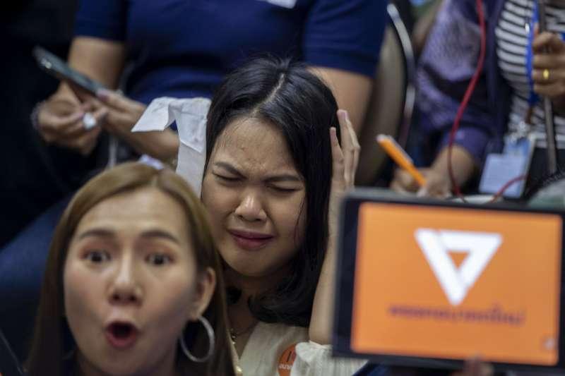 泰國未來前進黨倡遭法院判決解散且10年不得參政,支持者得知後傷心哭泣。(AP)