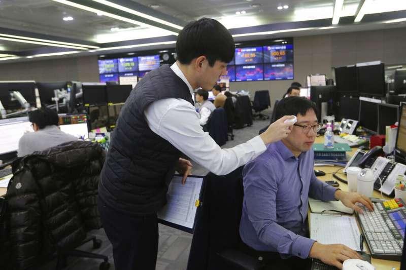 南韓上班族、交易員、量體溫。(美聯社)