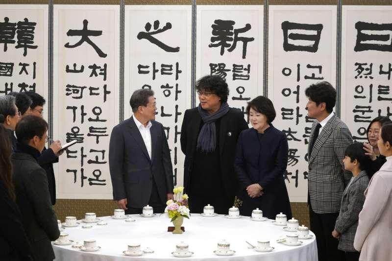 南韓總統文在寅與《寄生上流》的導演奉俊昊等人見面。(美聯社)