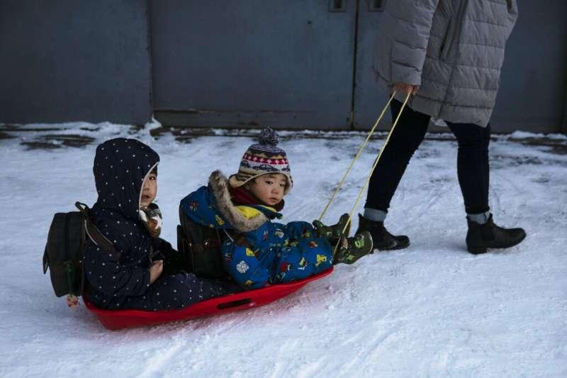 北海道驚傳日本未成年人感染武漢肺炎。圖為在札幌玩雪的兩位小朋友,照片中人與新聞無關。(美聯社)