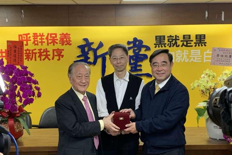 新黨黨主席吳成典(右)19日透露,已和中國相關單位聯繫,中方願意整廠輸出「方艙醫院」,也可以隨時提供台灣其國產疫苗,「就等台灣點頭」。(資料照,新黨提供)