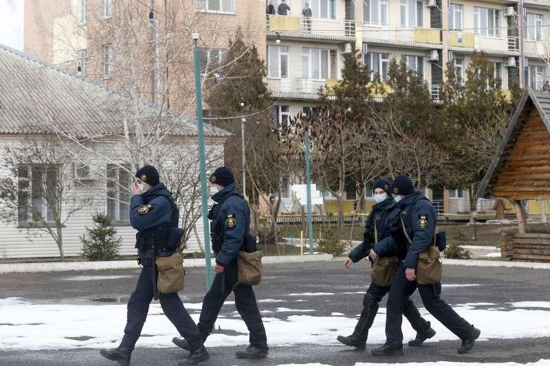 武漢肺炎:烏克蘭隔離自中國撤回的公民,軍隊在該隔離區巡邏(AP)