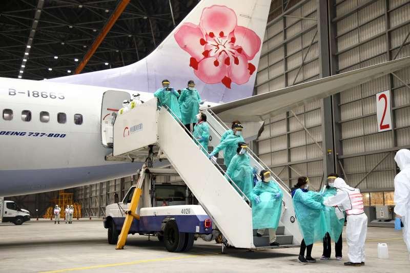 郵輪「鑽石公主號」19名國人於21日深夜搭乘華航包機返抵桃園機場。(取自軍聞社)