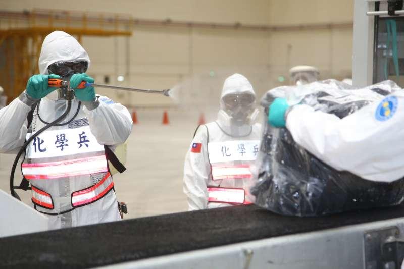 郵輪「鑽石公主號」19名國人於21日深夜搭乘華航包機返抵桃園機場,陸軍化學兵進行消毒。(取自軍聞社)