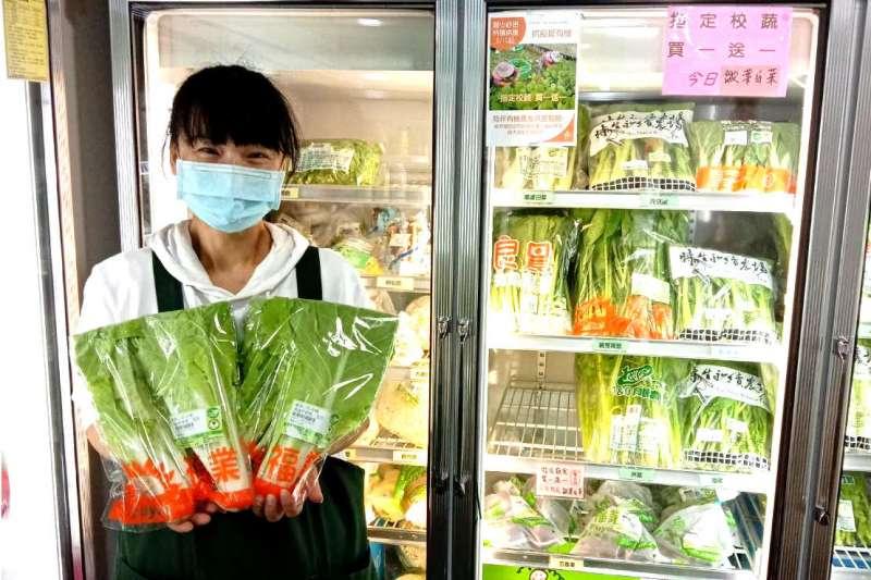 里仁門市人員熱情邀請消費者加入支持有機農友的行列。(圖/里仁提供)