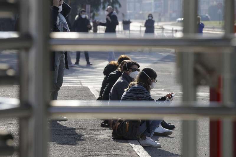 義大利倫巴底大區首例武漢肺炎確診病患是卡薩爾普斯泰爾倫戈鎮的一名38歲男性,當地民眾戴起口罩(美聯社)