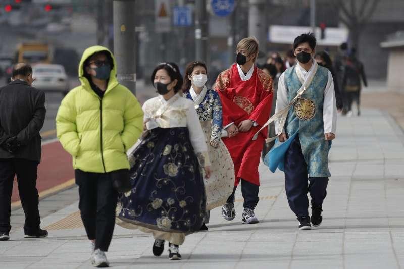 2020年2月,武漢肺炎(新冠肺炎)全面入侵南韓,首爾市民紛紛戴上口罩(AP)