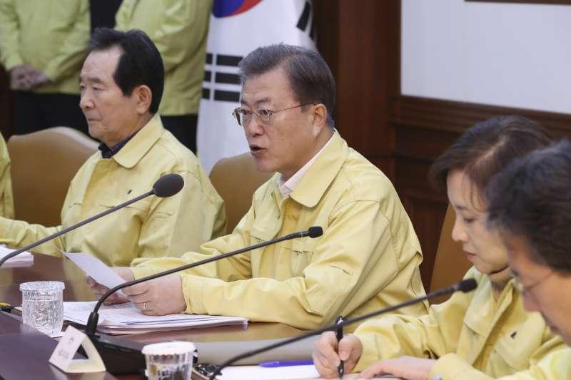 2020年2月,武漢肺炎(新冠肺炎)全面入侵南韓,文在寅總統主持應變會議(AP)