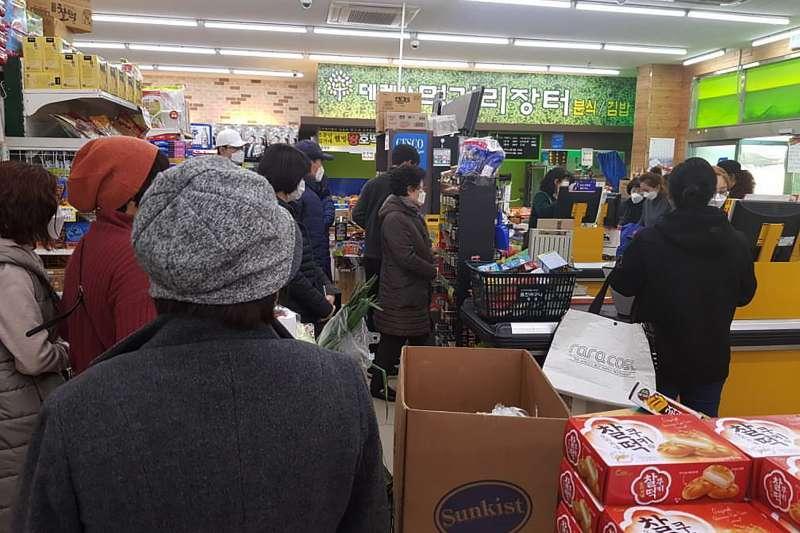 南韓大邱爆發武漢肺炎疫情,許多民眾戴著口罩到超市購買食物與民生用品(美聯社)