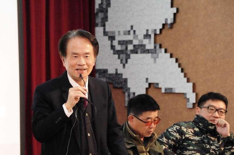 國史館館長陳儀深(左)早在1991年便確立前總統蔣介石對二二八事件應負最大責任之證據。(二二八國家紀念館提供)