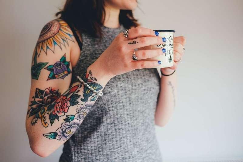 歐洲化學品管理局建議將一些色素列入紋身顏料禁用範疇之內。但是如果這樣的禁令一旦出台,有可能會對整個紋身行業都帶來巨大的後果。很多紋身師擔心,他們今後恐怕只能非法從業。(圖/unsplash)