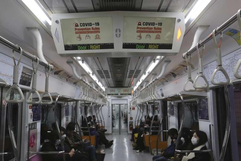 2020年,武漢肺炎(新冠肺炎)疫情在南韓大規模爆發,首爾民眾人心惶惶(AP)