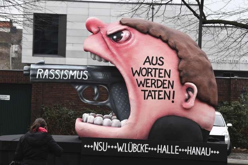 2020年2月,德國民眾以花車表達反對種族主義(RASSISMUS),要 「將言語化為行動」(AP)