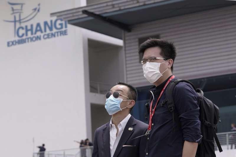 2020年2月,中國武漢肺炎(新冠肺炎)衝擊新加坡,民眾紛紛戴上口罩自保(AP)