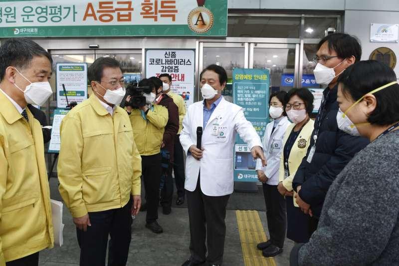南韓總統文在寅25日前進疫情最嚴重的大邱市,與大邱市長權泳臻召開特別對策會議。(美聯社)