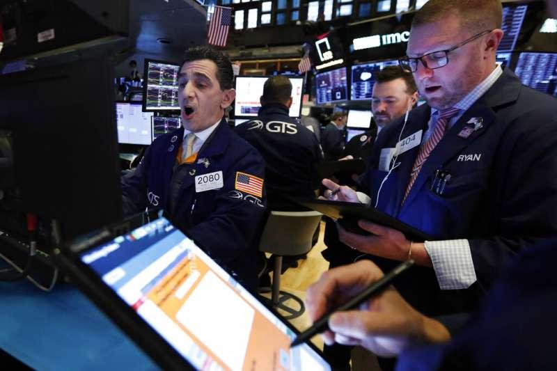 美國股市受到武漢肺炎疫情影響,道瓊指數周一崩跌超過千點。(美聯社)