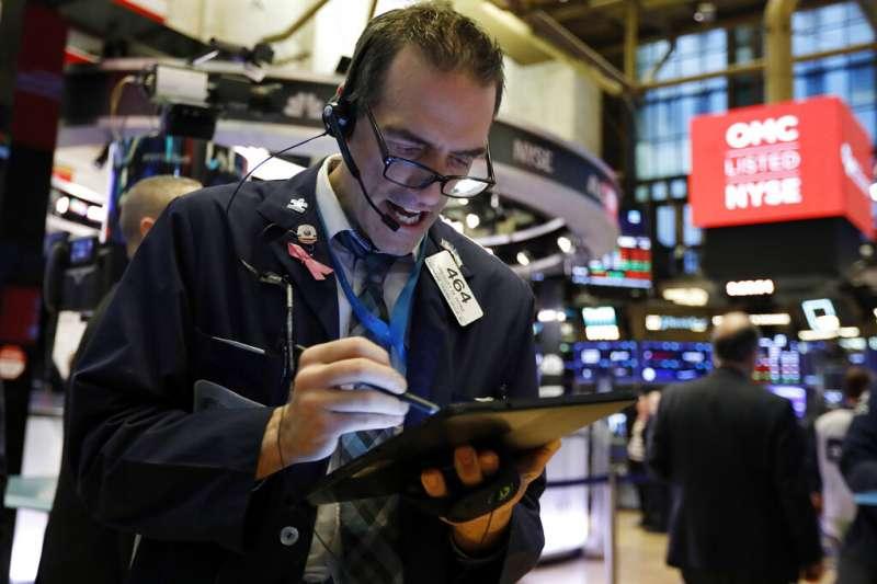 美國股市受到武漢肺炎疫情影響,道瓊工業指數開盤就崩跌超過800點。(美聯社)