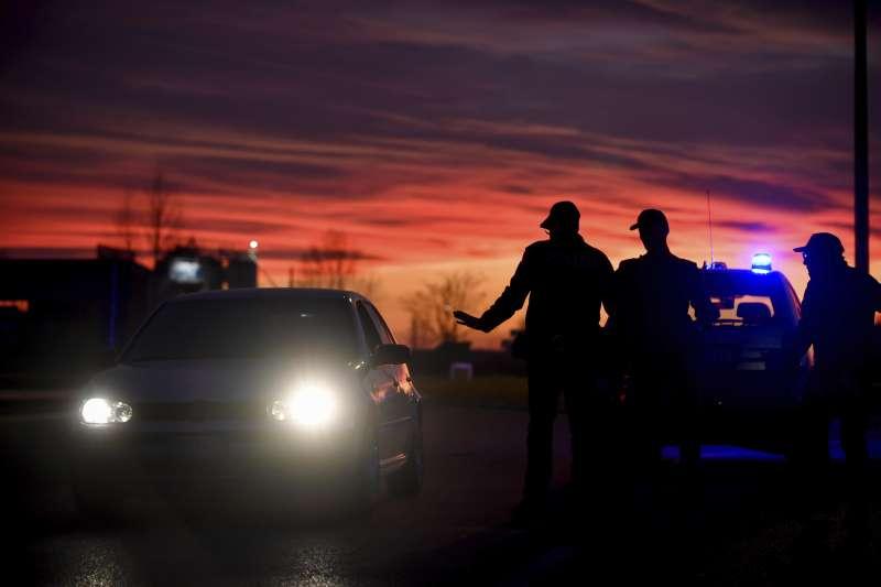 義大利新冠肺炎疫情延燒,當局封鎖12個城鎮,警方盤查任何準備進入或離開封鎖地區的車輛(美聯社)