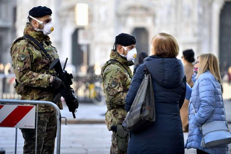 義大利新冠肺炎疫情延燒,米蘭市中心的軍人也戴起口罩(美聯社)