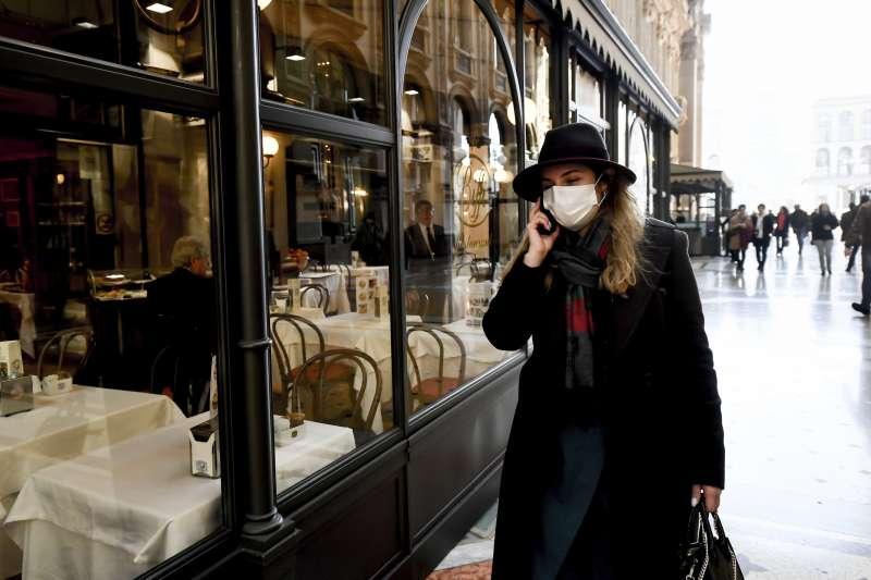 義大利新冠肺炎疫情延燒,米蘭市中心的民眾戴著口罩(美聯社)