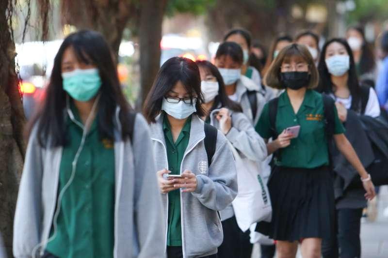 20200225-各級學校25日開學,學生進入校園多數配戴口罩。(顏麟宇攝)