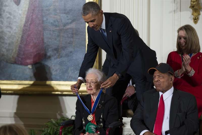 2015年,時任美國總統歐巴馬頒發總統自由獎章給NASA非裔女數學家凱薩琳強森(AP)