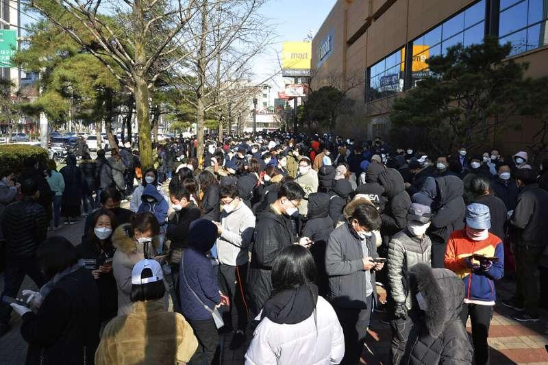 南韓疫情快速升高,大邱購買口罩的民眾大排長龍。(美聯社)
