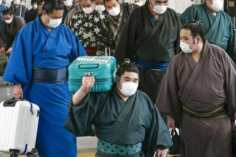 武漢肺炎疫情在日本不斷升高,連相撲力士們也戴起口罩自保。(美聯社)