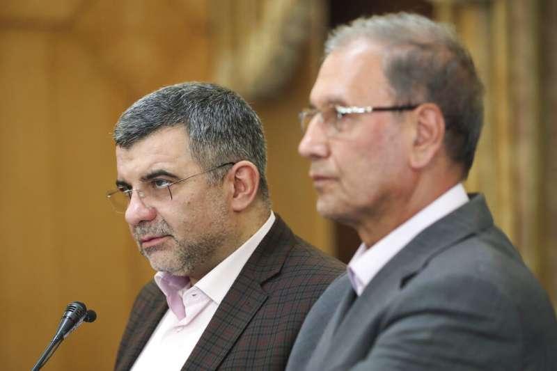 伊朗衛生部副部長哈勒契(左)與總統府發言人拉比耶。(AP)