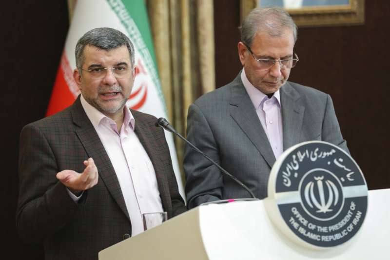 左起為伊朗衛生部副部長哈利其、總統府發言人拉比耶。(AP)