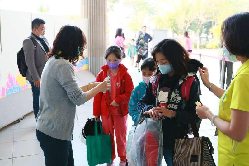 20200225-全國高中職以下25日紛紛迎接開學,高雄市長韓國瑜一早前往左營新上國小迎接學生上學,視察校園防疫流程工作。(高雄市政府提供)