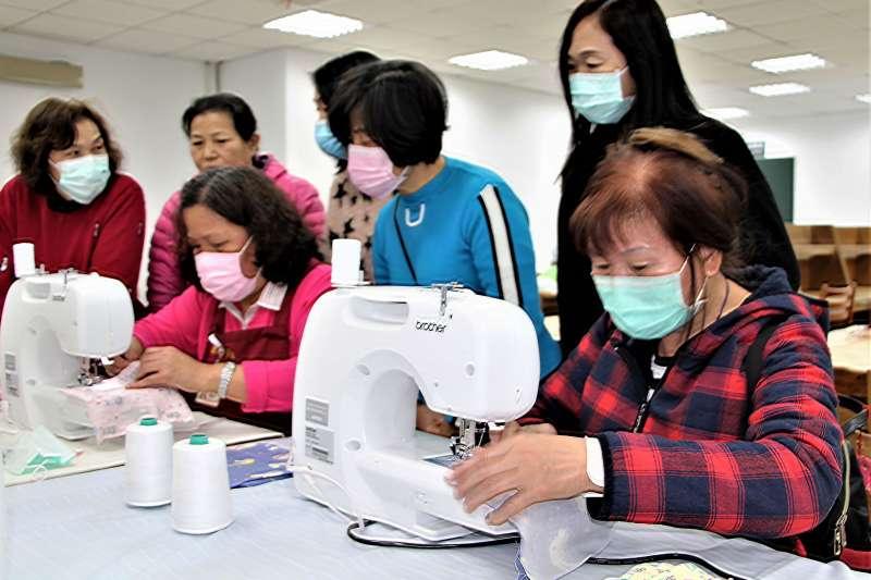 新北市圖金山分館提供4部縫紉機,免費讓地方鄉親使用。館員也趕製150個布口罩,提供給有需要的地方長者使用。(圖/新北市立圖書館提供)
