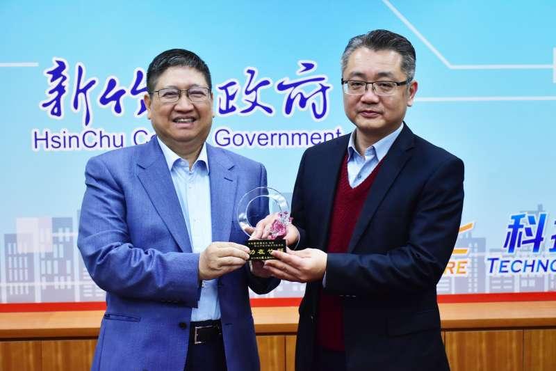 新竹縣長楊文科(左)感謝教育長劉明超五年來對竹縣教育的付出與努力。(圖/新竹縣政府提供)