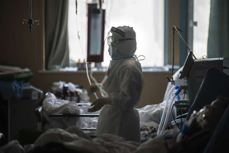 中國武漢肺炎(新冠肺炎)疫情持續延燒,醫護人員穿戴全套防護衣救治病患。(示意圖,與內文無關/AP)