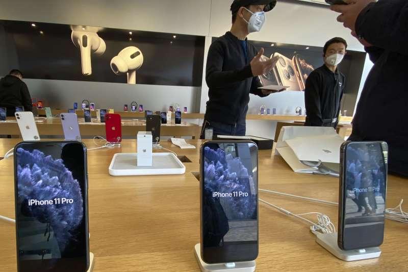 中國武漢肺炎(新冠肺炎)疫情持續延燒,北京蘋果專賣店的店員與顧客皆戴上口罩(AP)