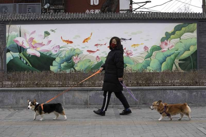 中國武漢肺炎(新冠肺炎)疫情持續延燒,北京市民戴著口罩上街(AP)