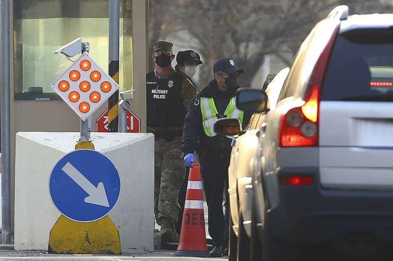 一名駐韓美軍傳出確診罹患武漢肺炎,圖為駐韓美軍基地的大門衛哨。(美聯社)