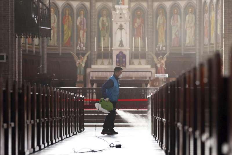 南韓武漢肺炎確診人數已衝破千人大關,圖為天主教首爾總教區教座明洞大聖堂正在進行消毒工作。(美聯社)