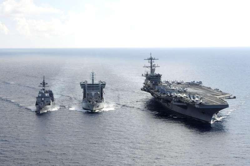 美軍羅斯福號航母戰鬥群「路過」巴士海峽進入南海,反制中共軍機繞台意味濃厚。(翻攝自The Official CVN 71 Twitter)