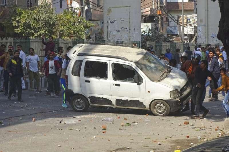 印度首都新德里2月爆發數十年來最嚴重宗教衝突。(AP)
