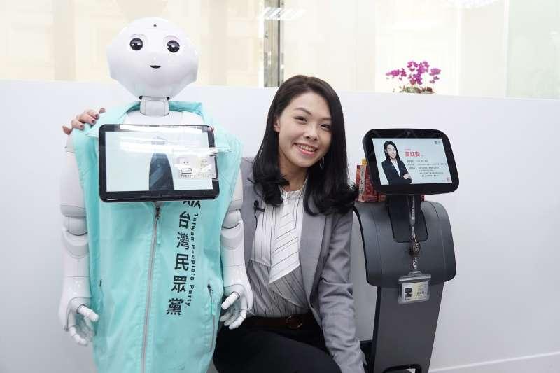 20200226-新科立委高虹安26日舉辦機器人助理歡迎會,並與機器人Pepper、Temi合影。(盧逸峰攝)