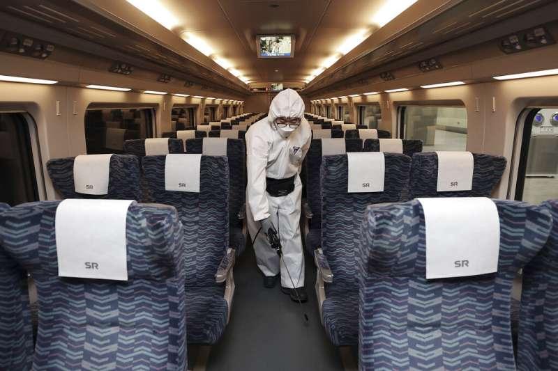 由於疫情急遽升高,南韓也正在首爾火車站等地加強消毒的防疫工作。(美聯社)
