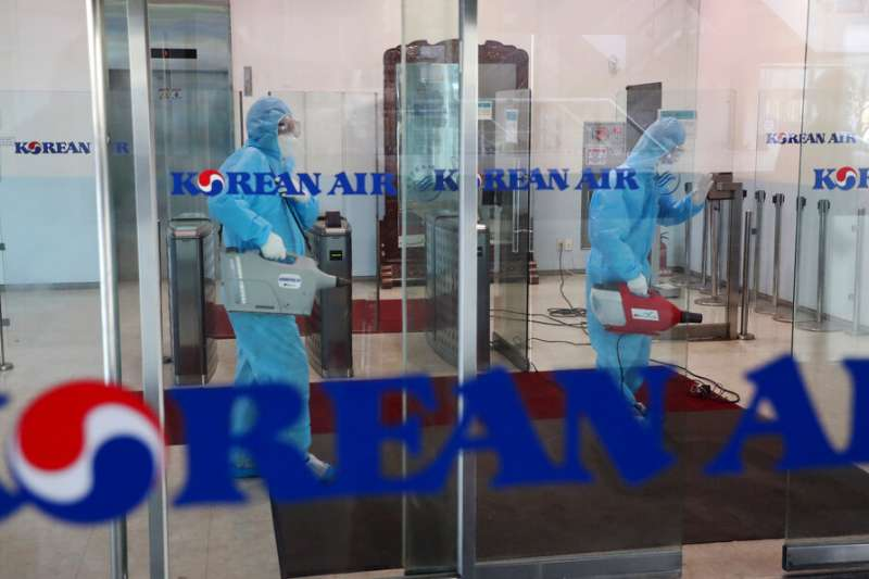 由於疫情急遽升高,南韓也正在機場等地加強消毒的防疫工作。(美聯社)