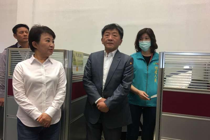 衛生福利部長陳時中跟盧秀燕市長一起視察設在市府文心樓一樓的台中居家隔離及檢疫關護中心。(圖/王秀禾攝)