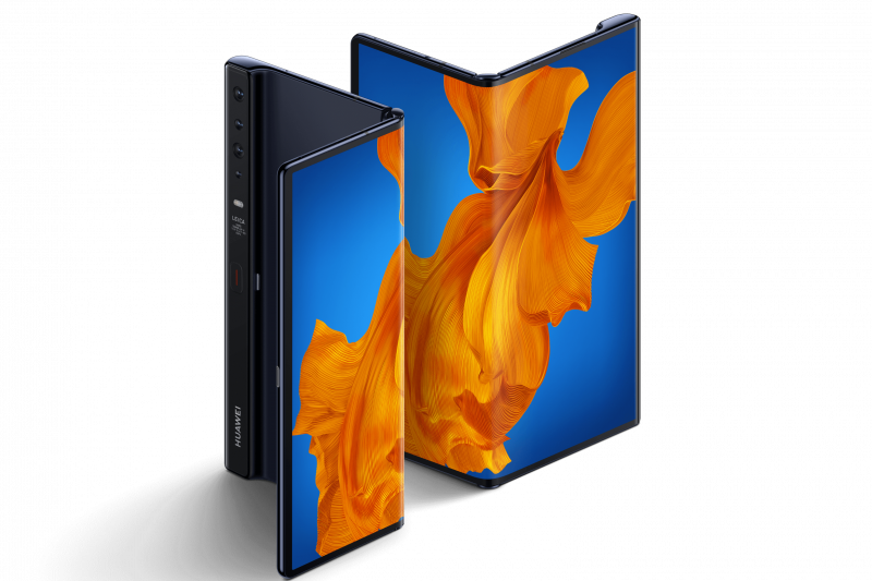 華為發表全新升級版5G摺疊手機HUAWEI Mate Xs,採用業界獨有的鷹翼鉸鏈摺疊設計,可在手機和平板模式之間切換。(圖片來源:華為)
