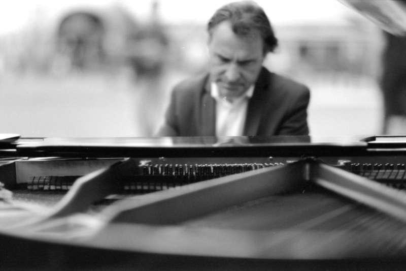有些研究認為,腦中職司ASMR的部位,不會因老年痴呆而減損,甚至有時可以藉著音樂引發ASMR,將患者從痴呆的迷霧中短暫地「拉」回現實。(圖/unsplash)