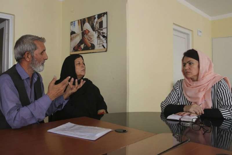 阿富汗媒體訪問國會副議長古菲(右)。(AP)