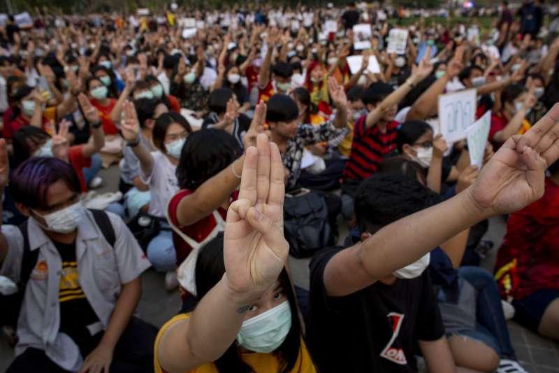 泰國未來前進黨遭解散引爆年輕世代不滿,各大學遍地開花發起示威抗議(AP)